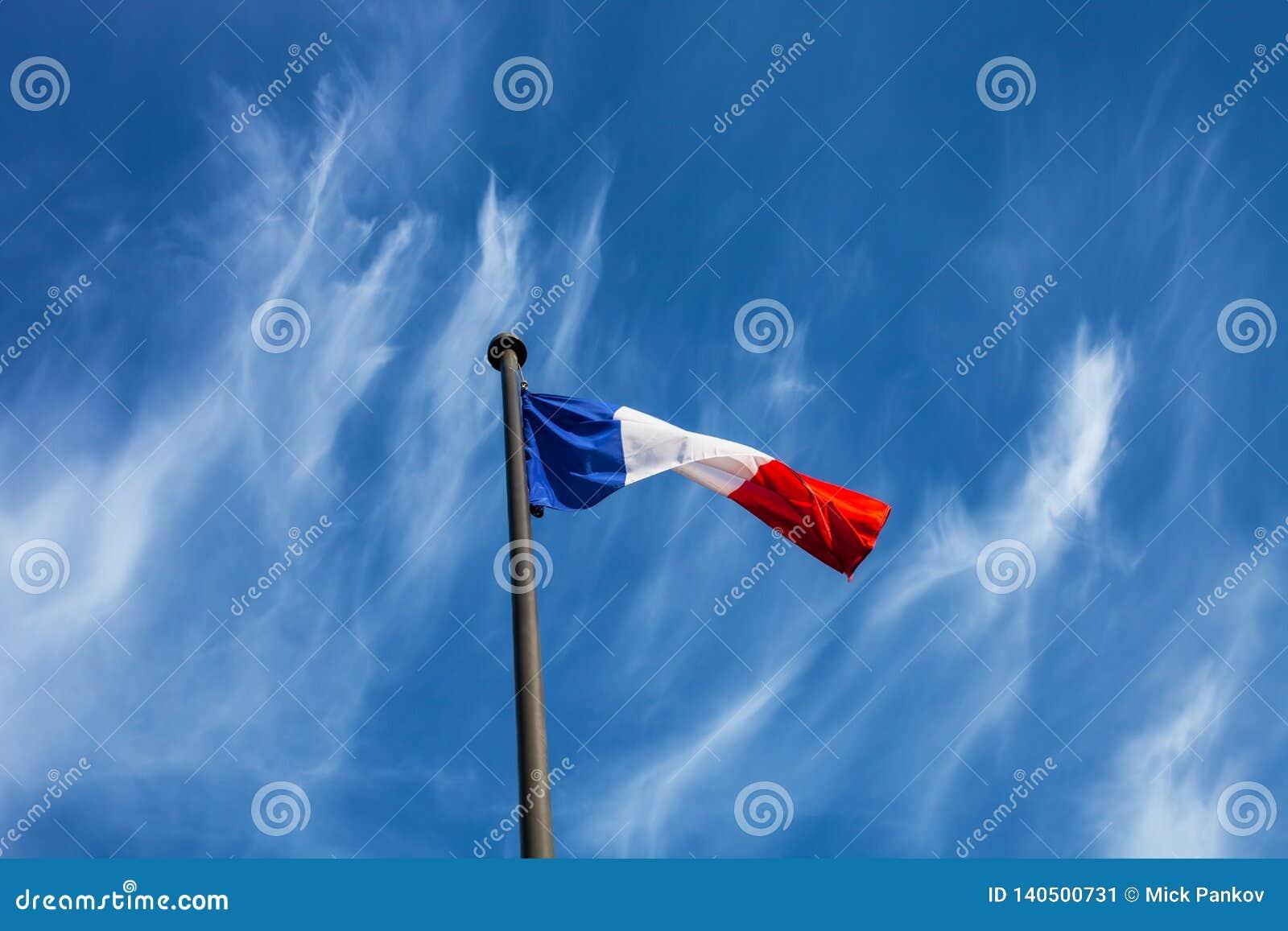 Drapeau français sur un fond de ciel bleu
