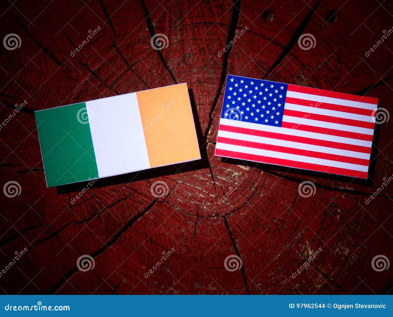 Drapeau irlandais avec le drapeau des Etats-Unis sur un tronçon d arbre