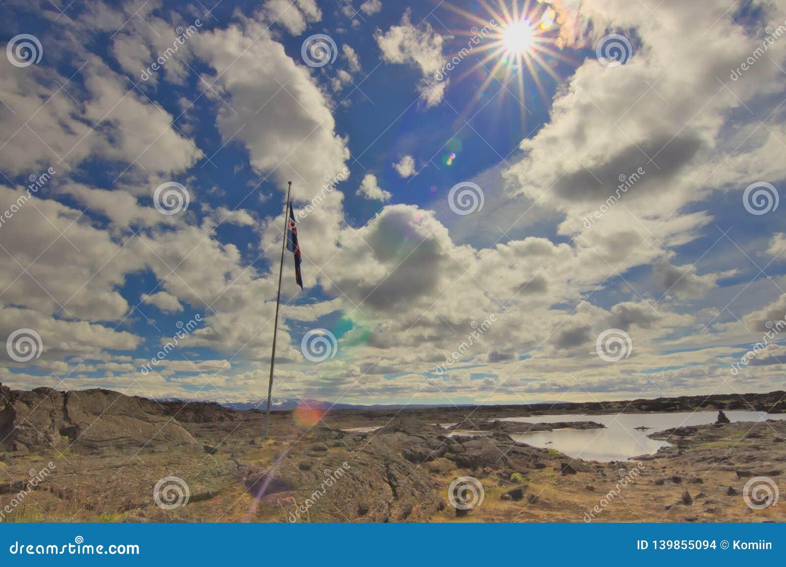 Drapeau islandais sur un gisement de lave pendant un jour ensoleillé
