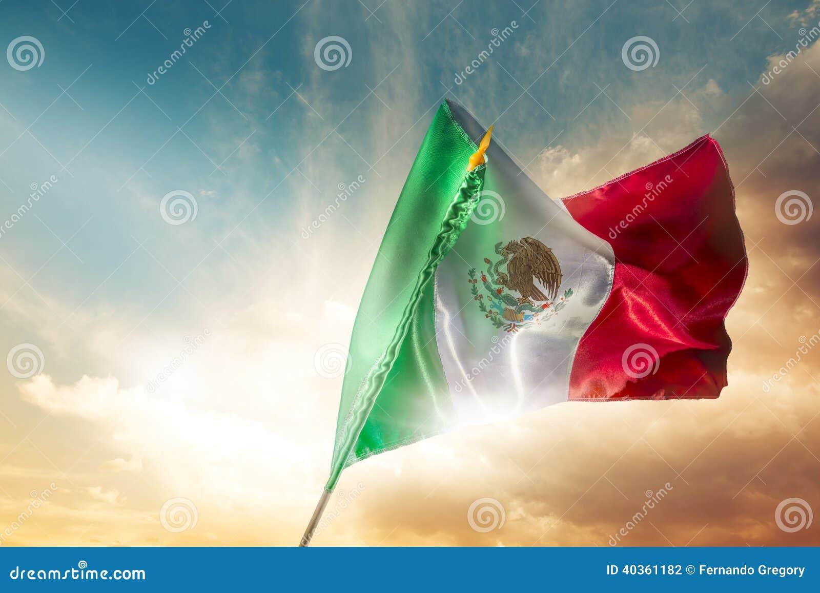 Drapeau mexicain contre un ciel lumineux, Jour de la Déclaration d Indépendance, cinco de ma