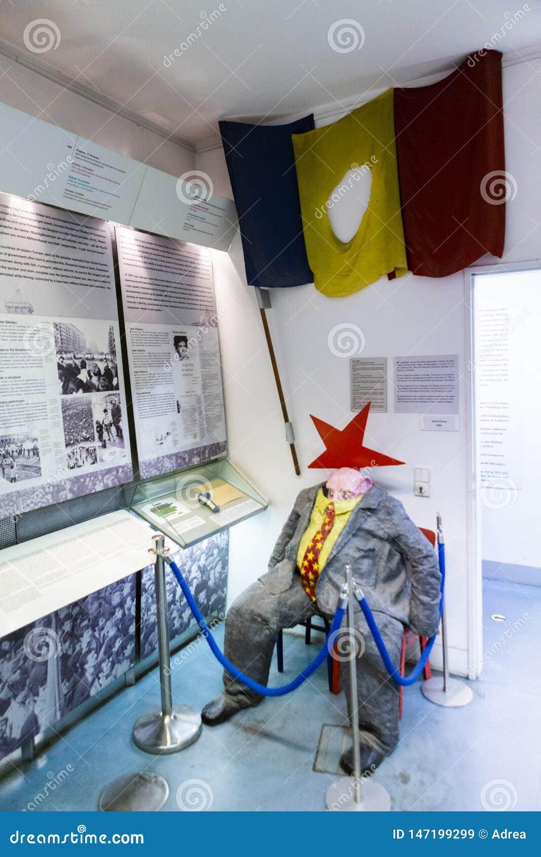 Drapeau roumain et la figurine de dissimulation de porc de politicien de communistes