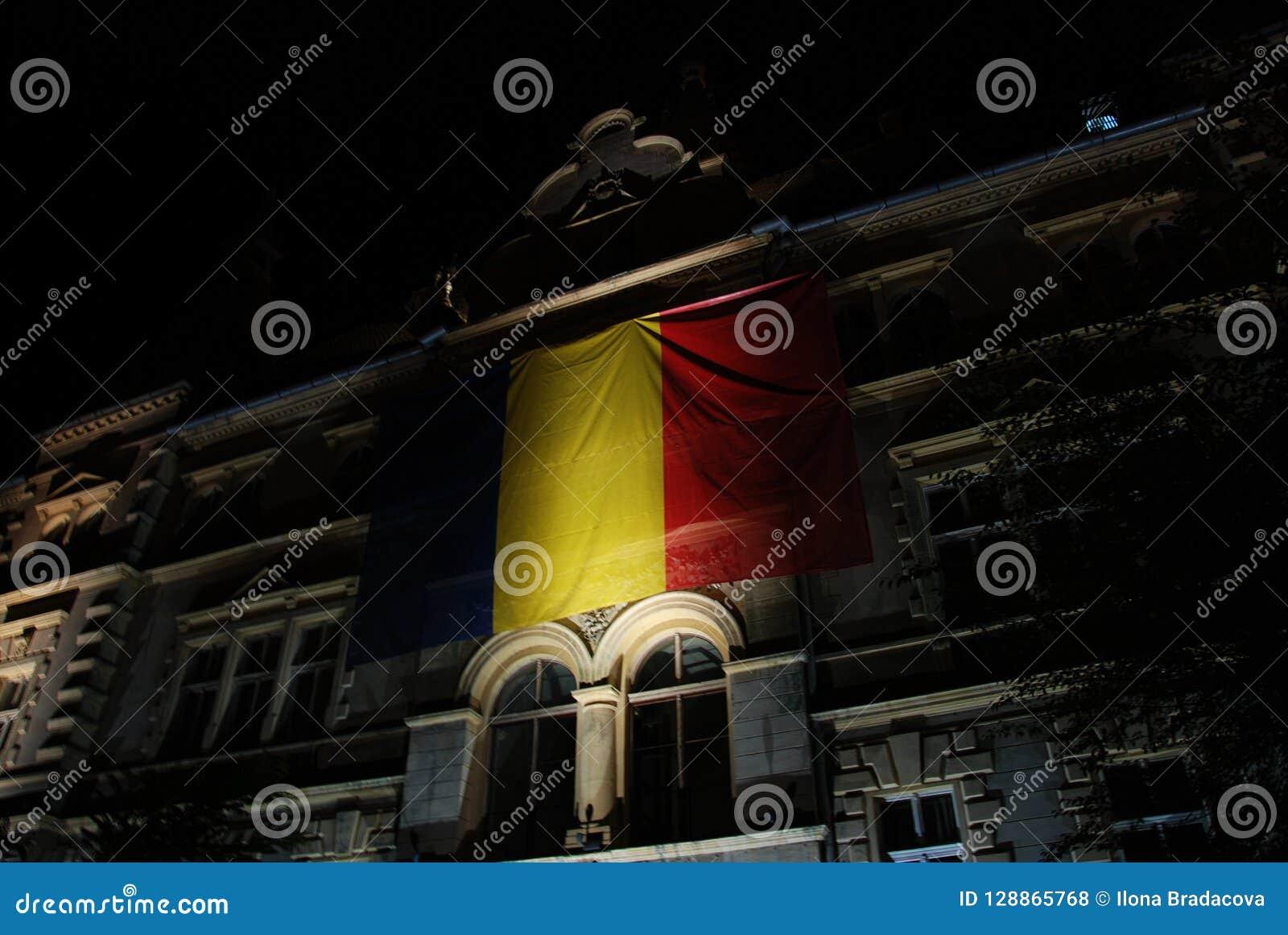 Drapeau roumain illuminé la nuit