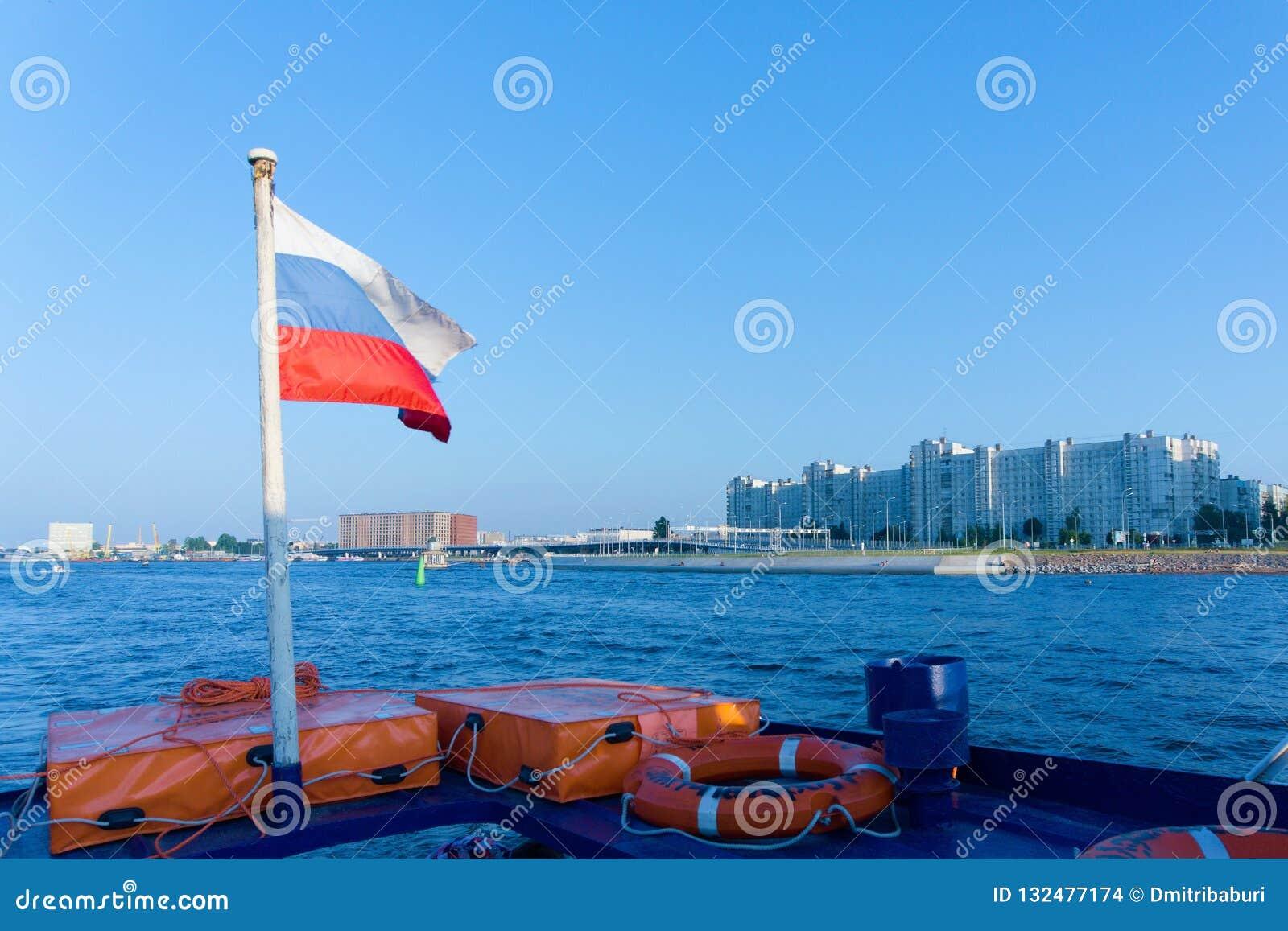 Drapeau russe à la poupe d une embarcation de plaisance sur Neva River, St Petersburg, Russie