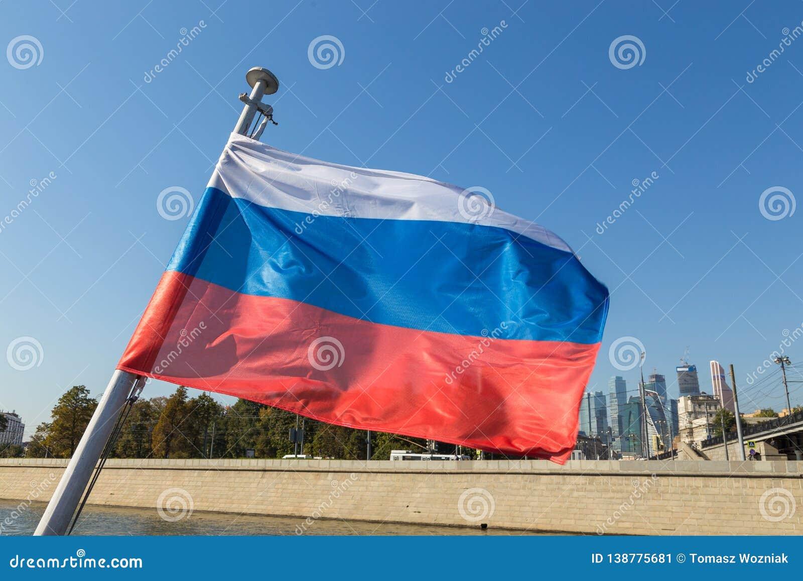 Drapeau russe sur la rivière de Moscou à l arrière-plan, Russie
