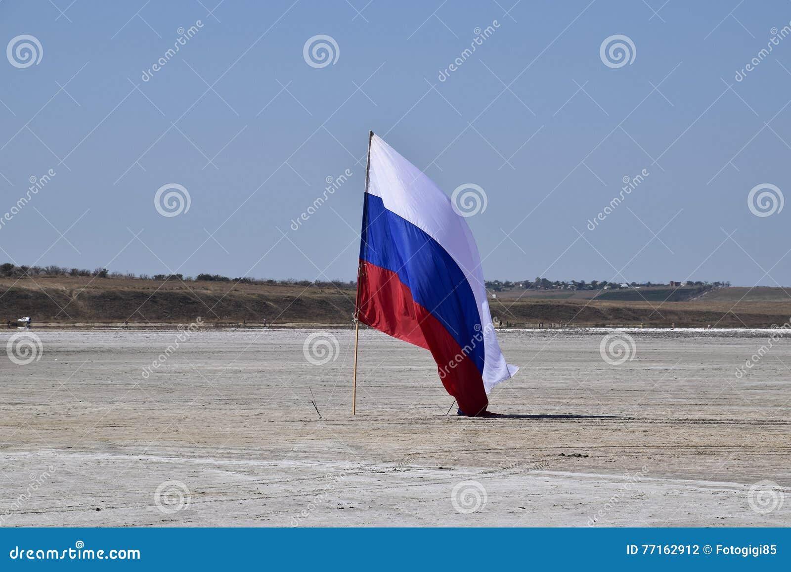 Drapeau russe sur le fond d un lac salé