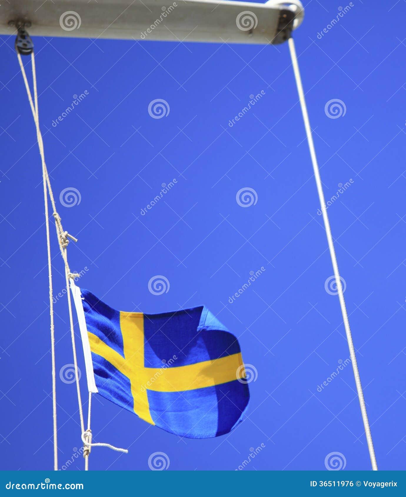 Drapeau suédois sur le ciel bleu de bateau sur le fond
