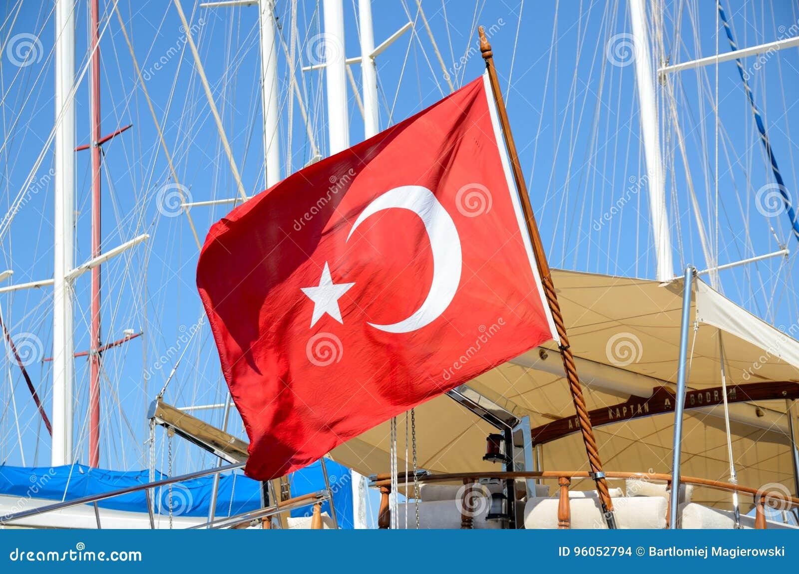 Drapeau turc sur le bateau