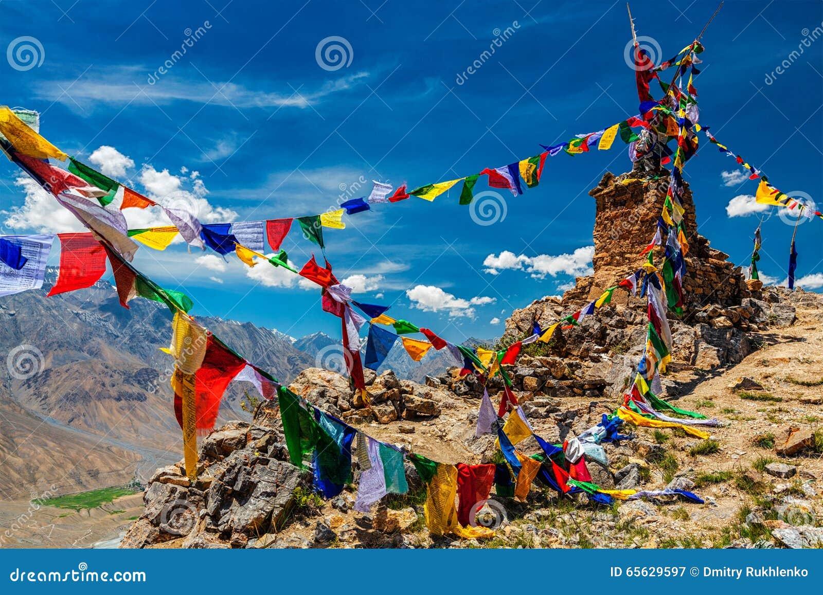 Drapeaux bouddhistes de prière en Himalaya
