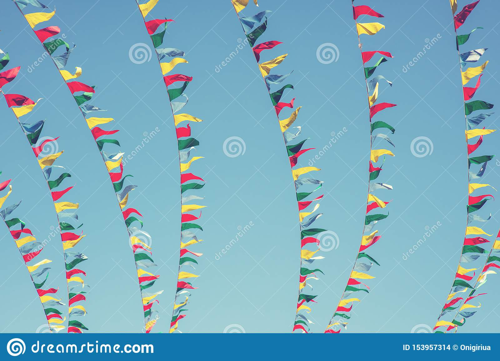 Drapeaux colorés sur le fond de ciel