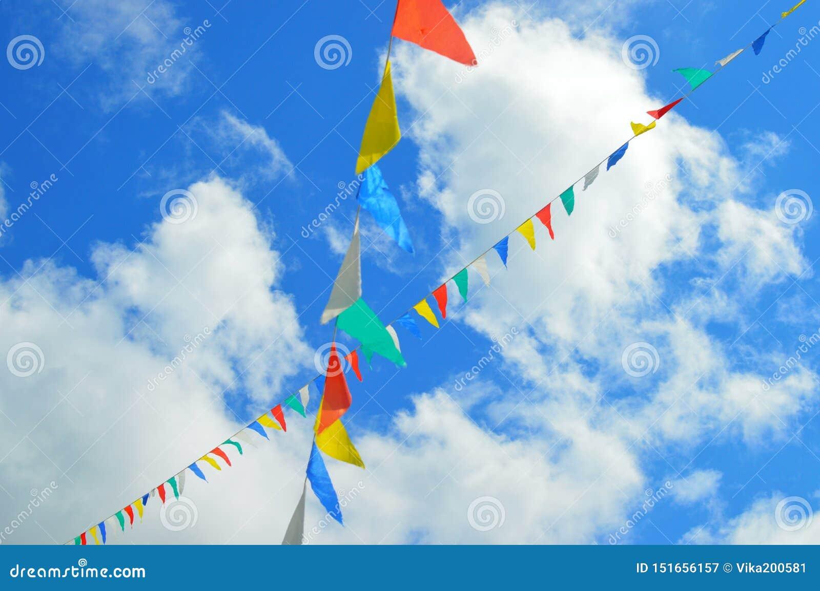 Drapeaux colorés volant dans le ciel