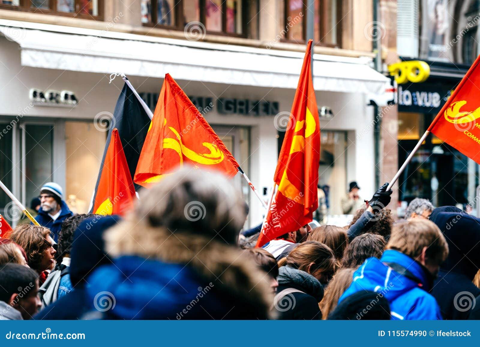 Drapeaux communistes en tant que ficelle française de gouvernement de macron de protestation du Re