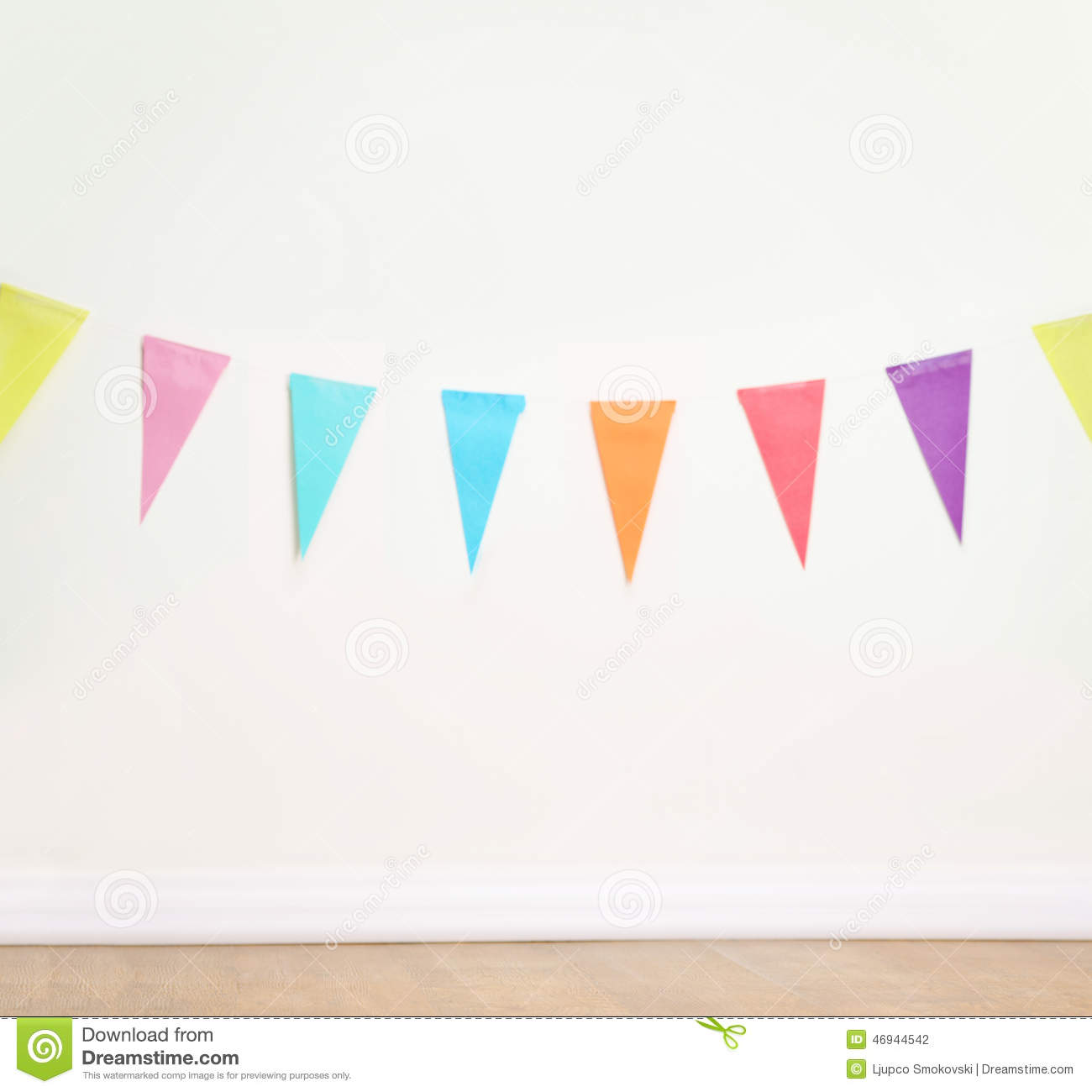 Drapeaux De Decoration D Anniversaire Sur Un Mur Blanc Simple Photo
