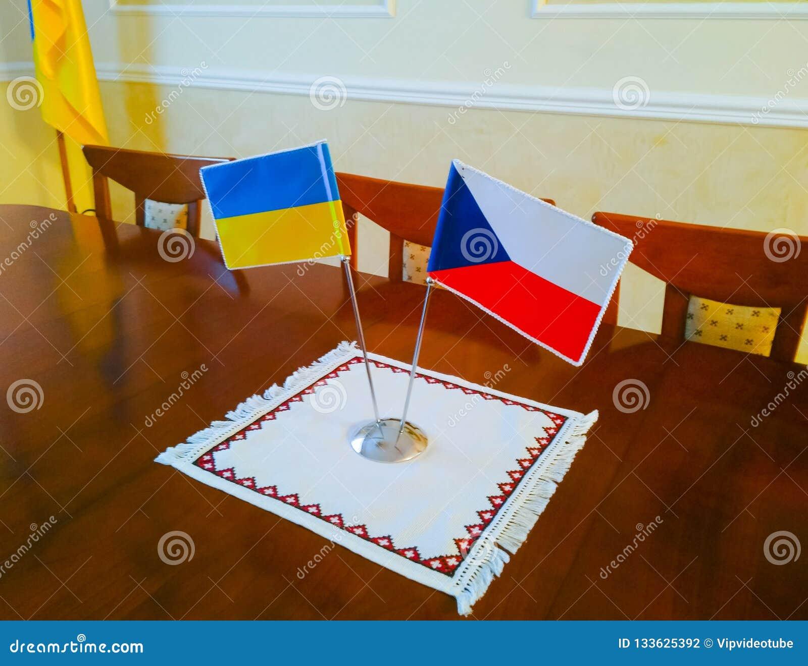 Drapeaux de l Ukraine et de la République Tchèque sur la table