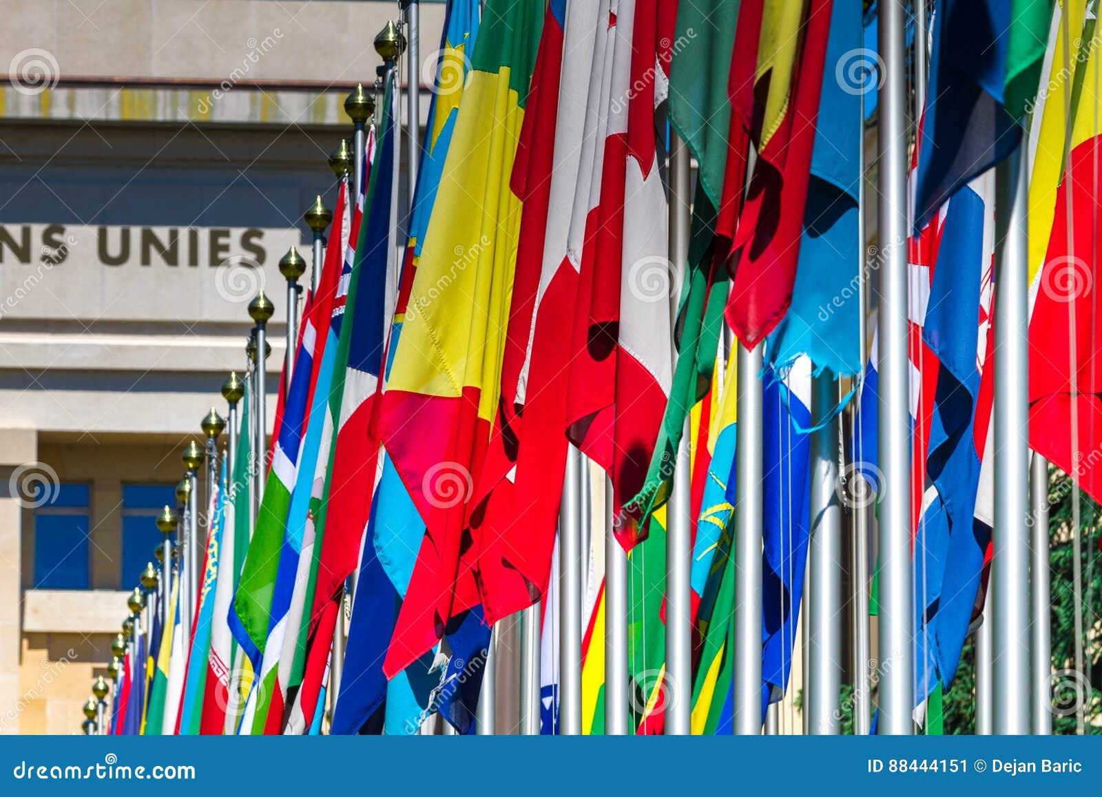 Drapeaux nationaux à l entrée dans le bureau de l onu à genève