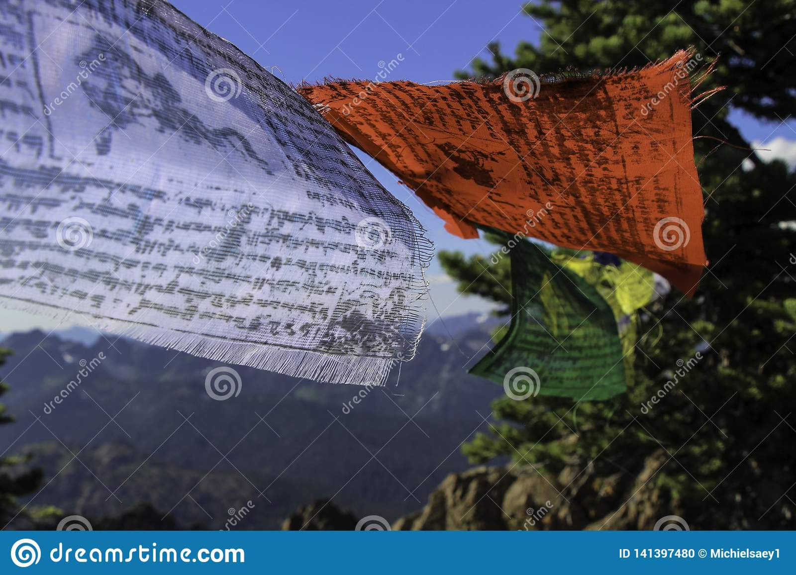 Drapeaux tibétains sur le vent de Collor de papier peint de montagne
