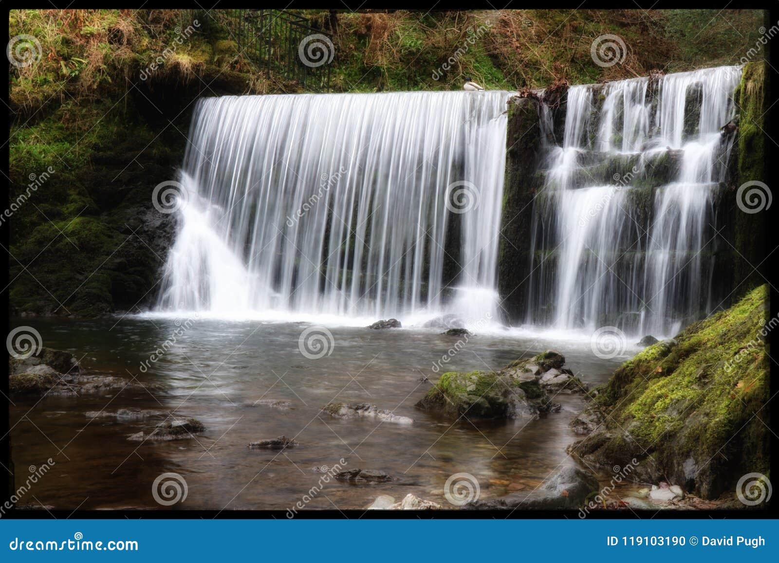 Draperende waterval Ambleside, het Meerdistrict, het UK