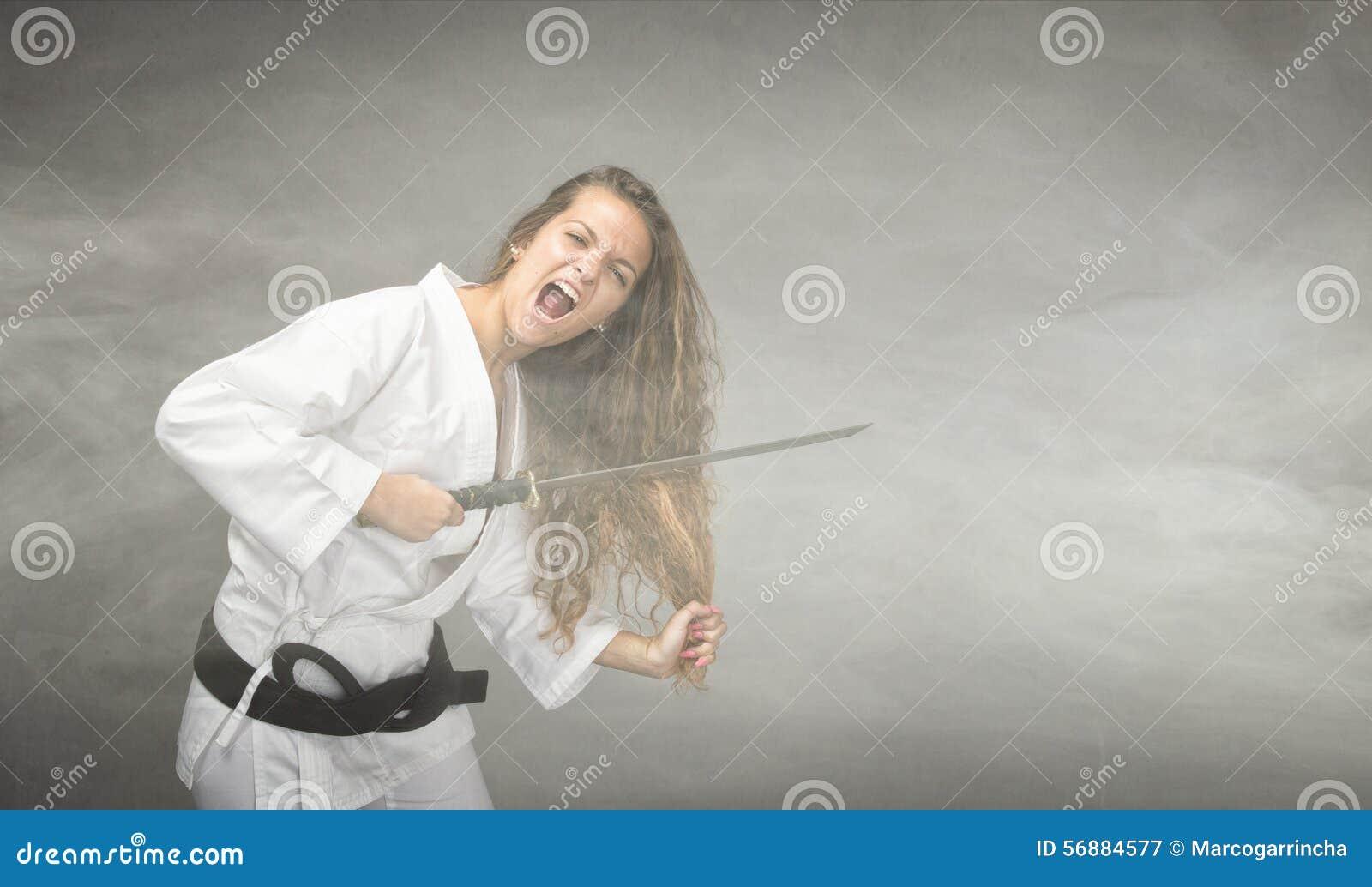 Drastisch die haar met zwaard wordt gesneden