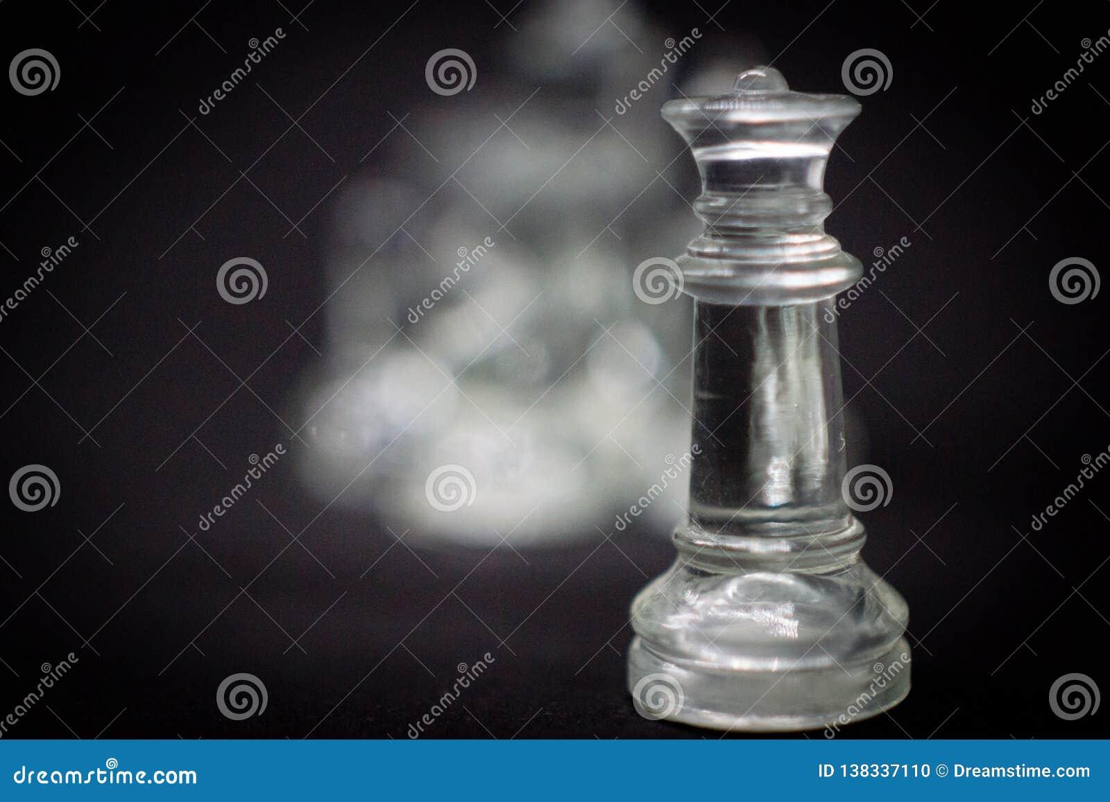 Drastisch seien Sie meine Königin, Schachfiguren auf einem schwarzen Hintergrund