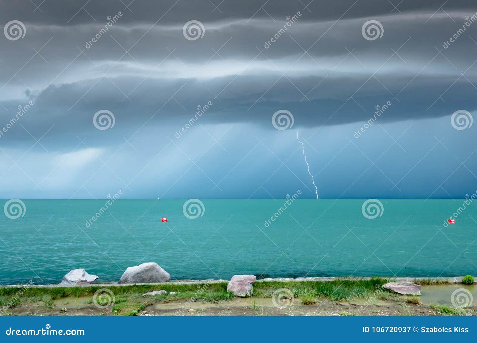 Drastisch vor Sturmansicht an einem Türkissee