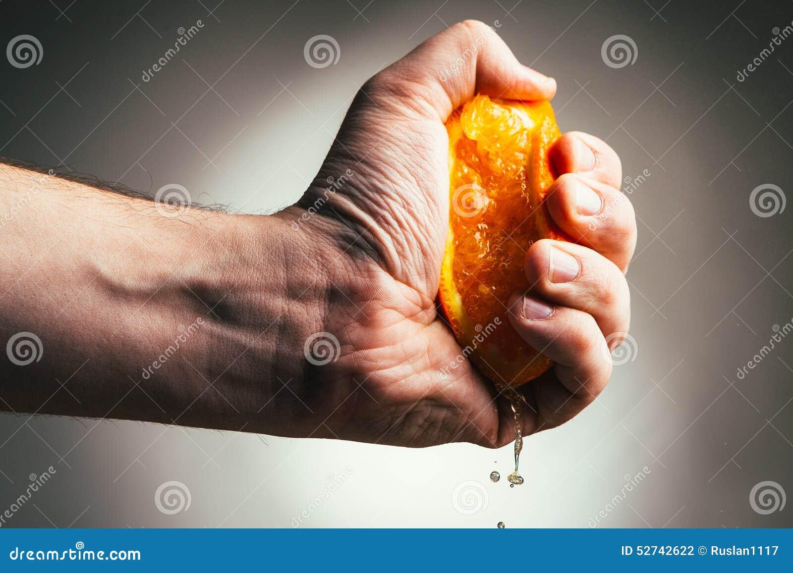 Drastische Pressungen des Mannes orange Conceptis ermüdete von der Arbeit
