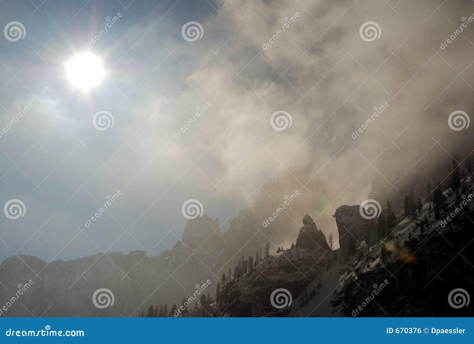 Drastische Szene mit Sonne, Wolken und Felsen