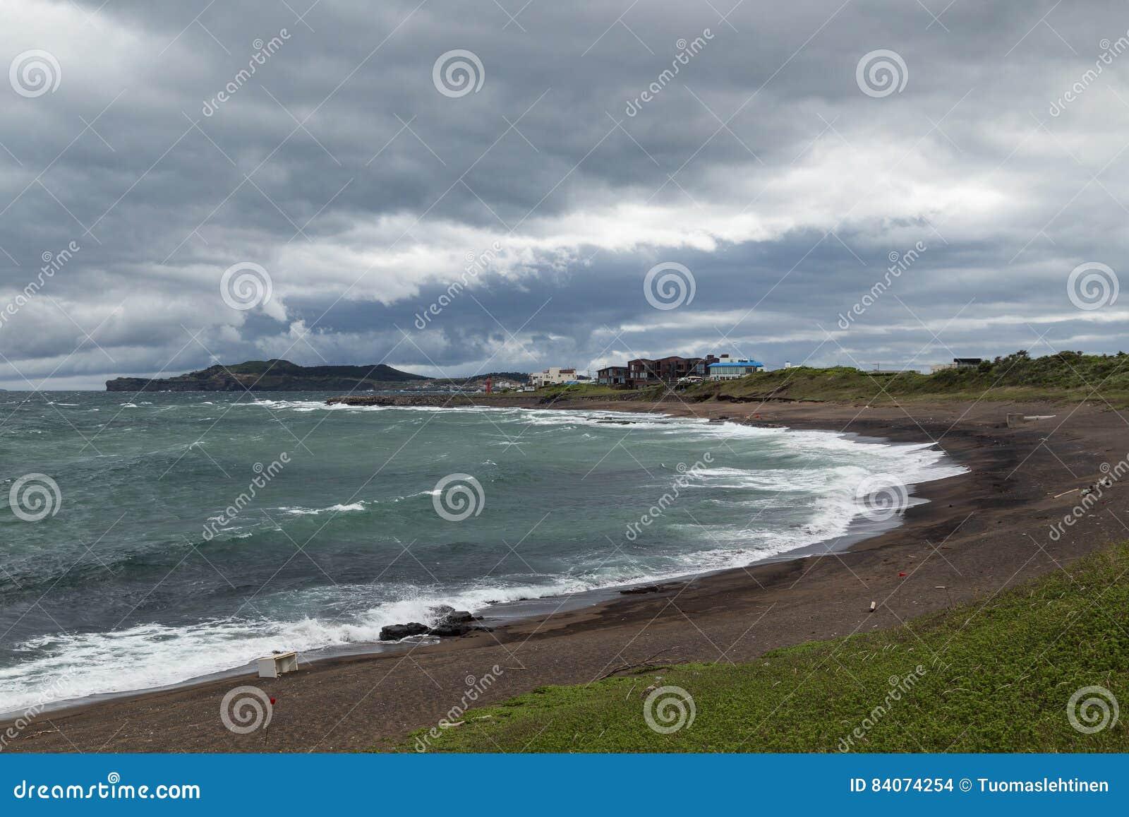 Drastischer Himmel und Küstenlinie auf Jeju-Insel