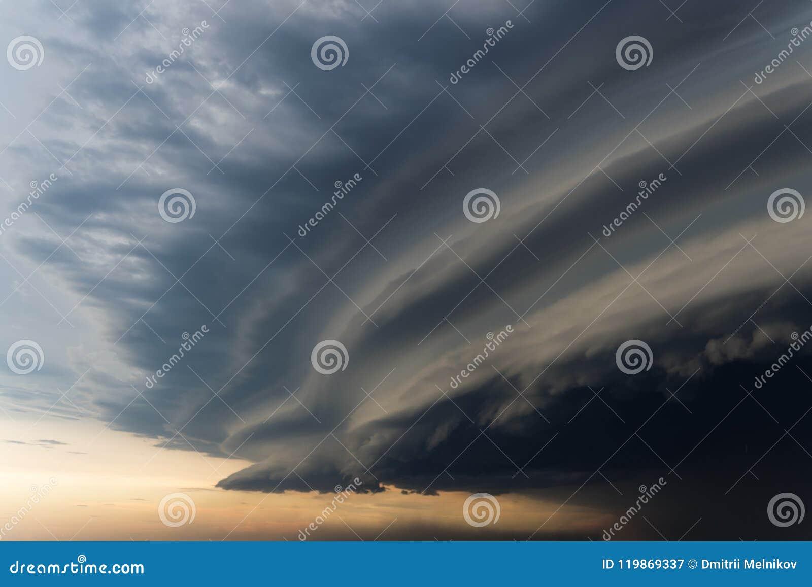 Drastischer regnerischer Himmel und dunkle Wolken Hurrikanwind Starker Hurrikan über der Stadt Der Himmel wird mit schwarzen Stur