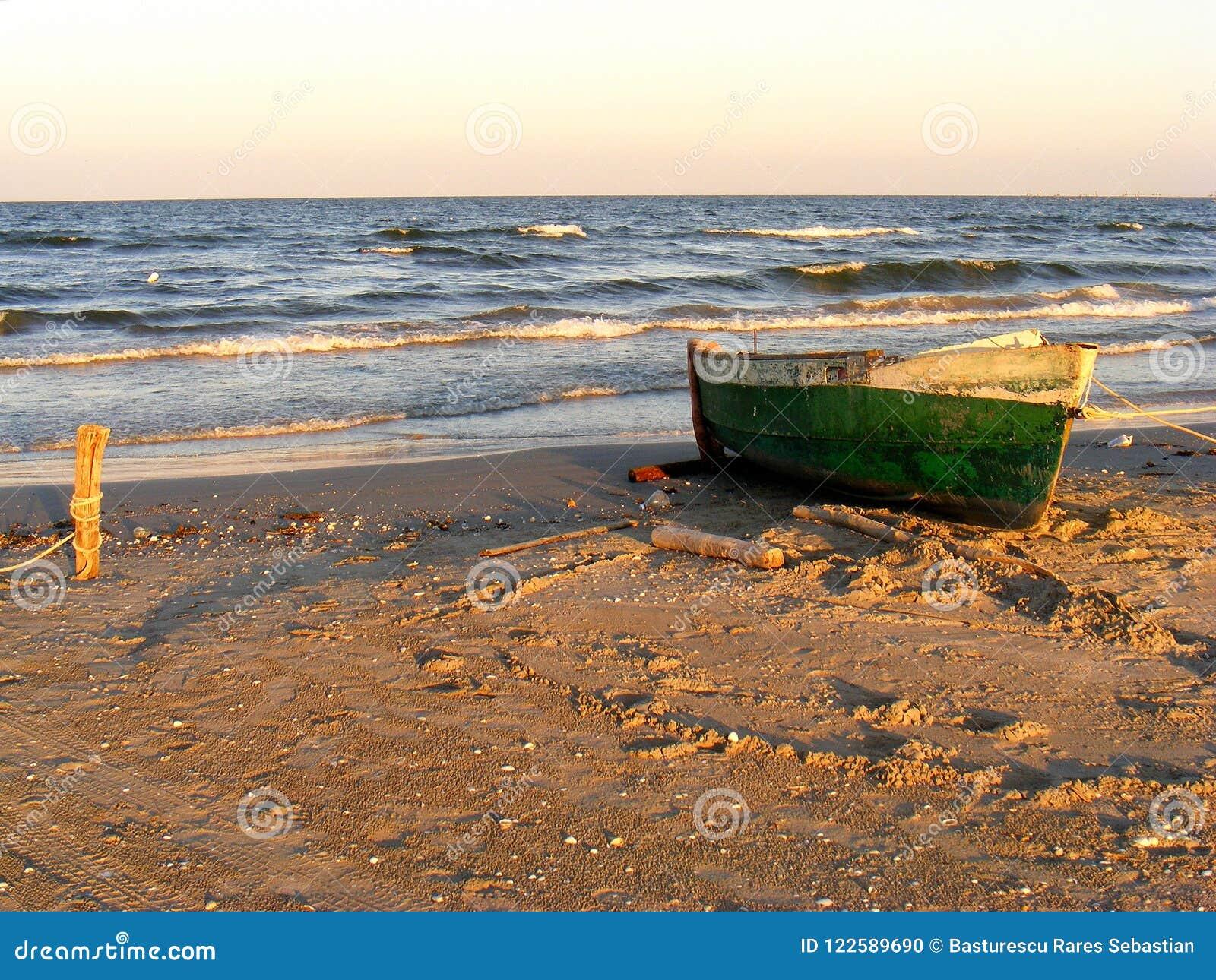 Drastischer Sonnenuntergang auf dem Corbu-Strand beim Schwarzen Meer, Rumänien, eins des schönsten reinen Strandes in Europa
