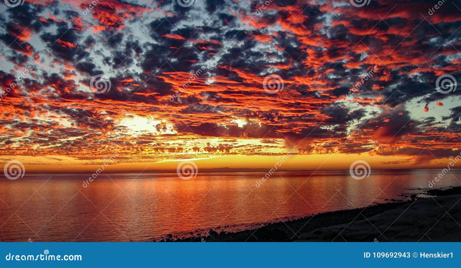 Drastischer Sonnenuntergang bei Rocky Point, Mexiko