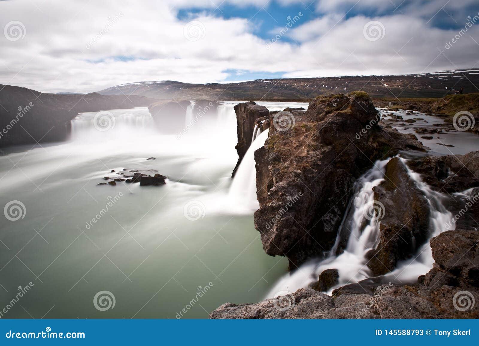 Drastisches langes Belichtungsbild von Godafoss-Wasserfall, Island, Europa