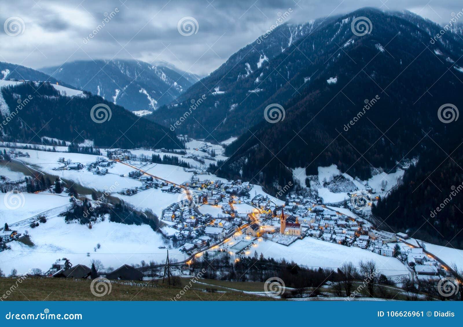 Draufsicht über schneebedecktes Dorf luesen Tal nachts Süd-Tirol es