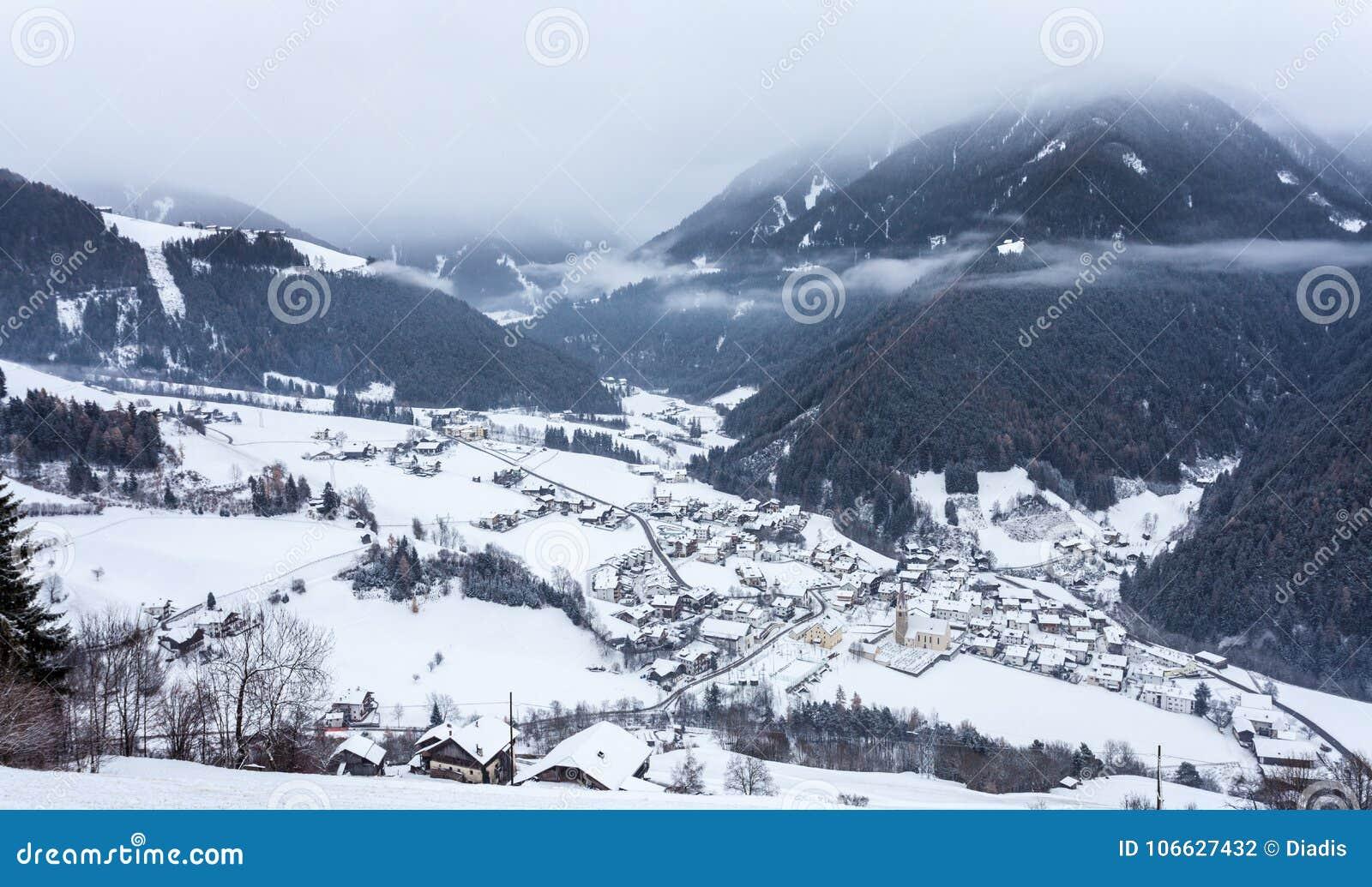 Draufsicht über schneebedecktes Dorf luesen Tal Süd-Tirol Italien