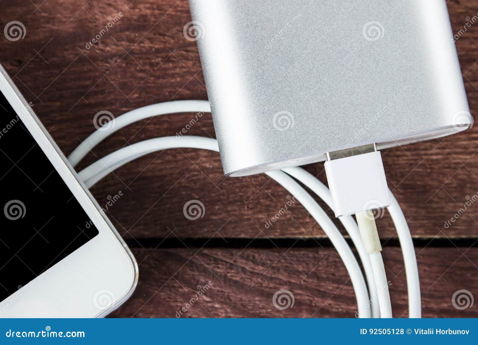 Draufsicht der Aufladung von Smartphone mit Grey Portable External Batt