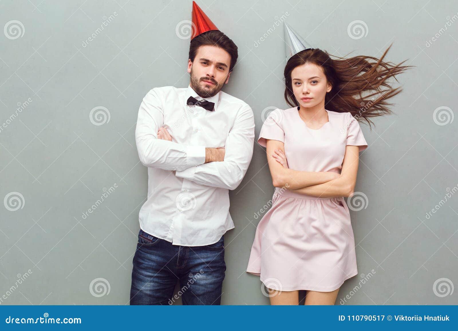 Draufsicht der jungen Paare lokalisiert auf dem grauen frowing Hintergrund