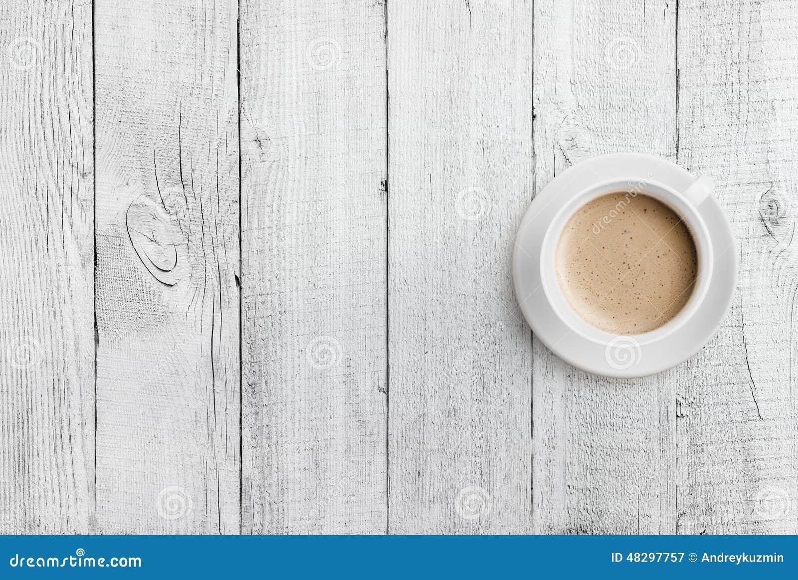 Draufsicht der Kaffeetasse über weißen hölzernen Tabellenhintergrund