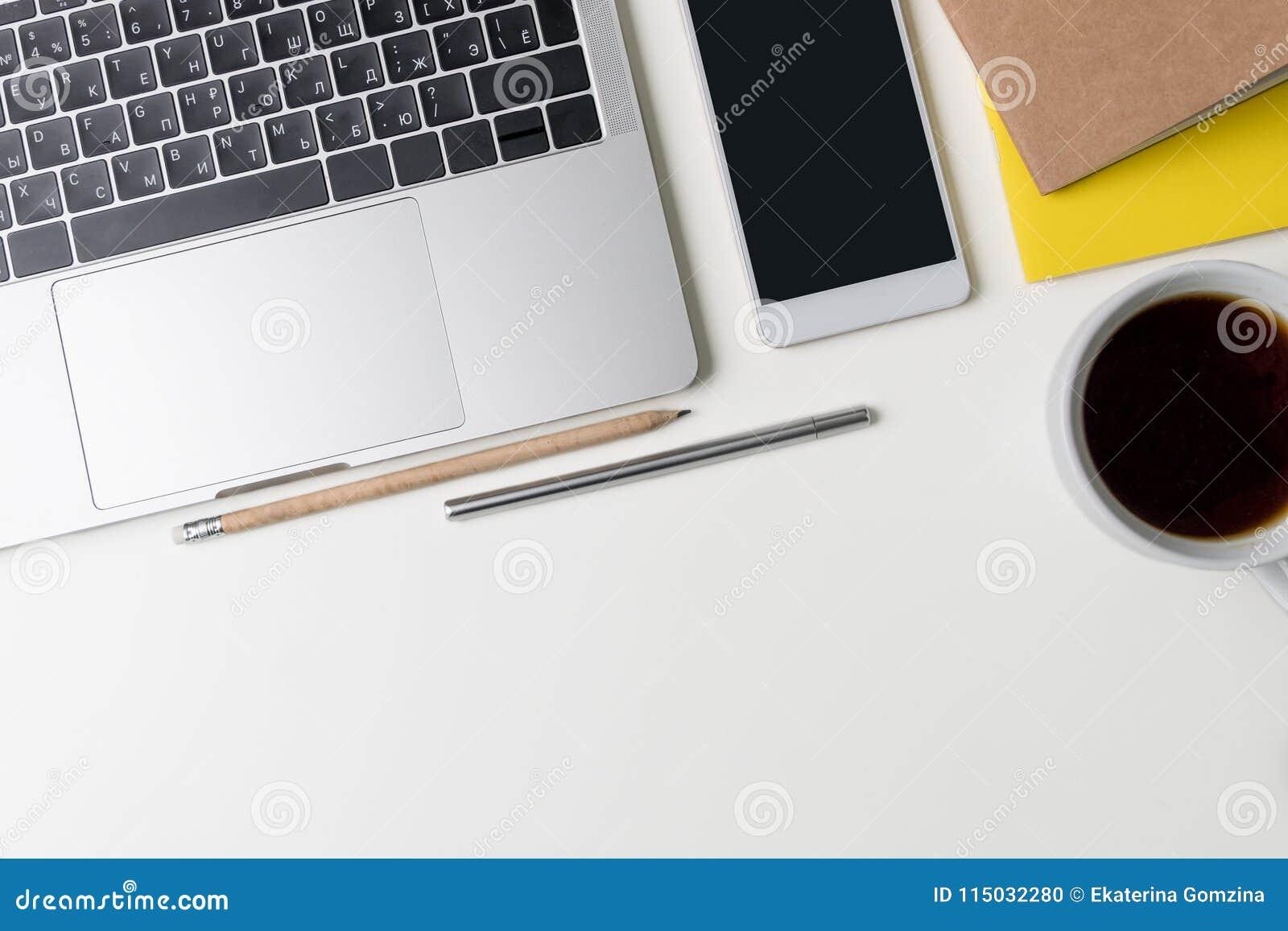 Draufsicht des Büro-Arbeitsplatzes Weißer Schreibtisch mit Kopienraum E