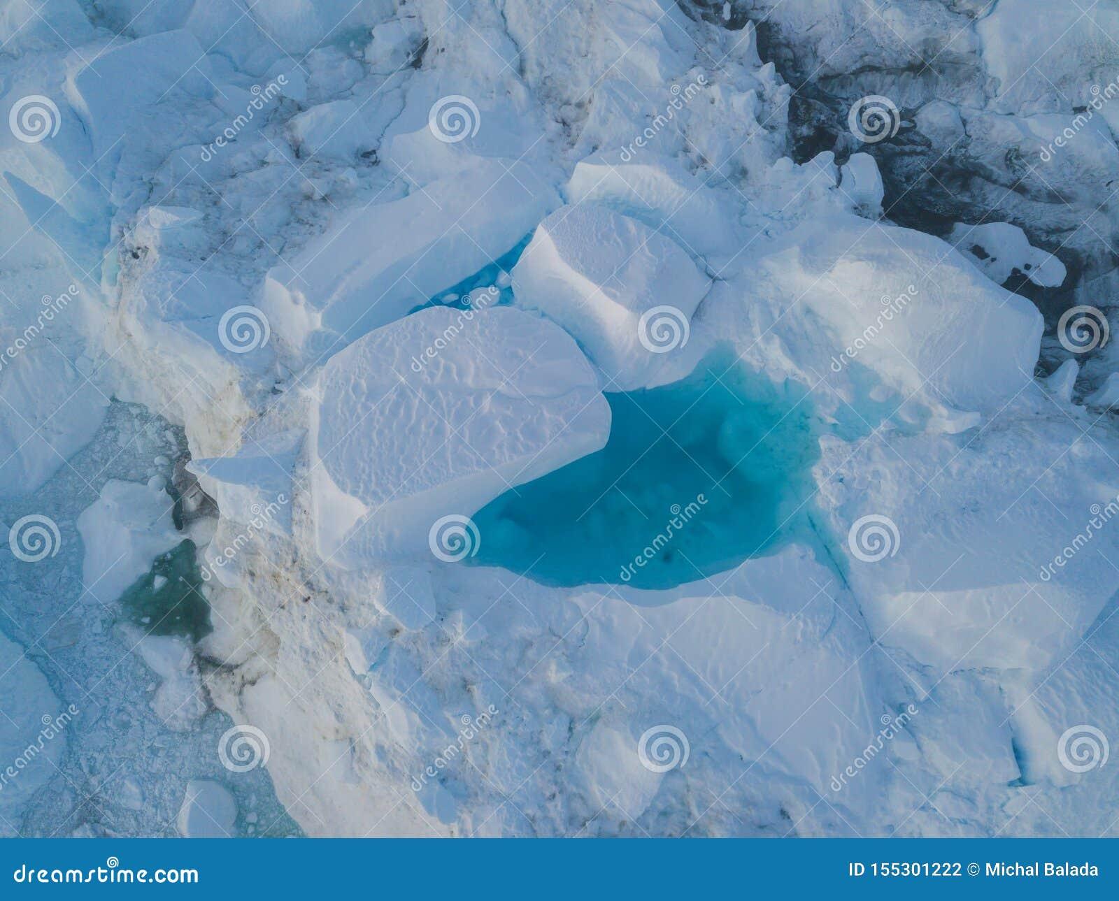 Draufsicht des Eisbergbrummenluftbildes - Klimawandel und globale Erwärmung Eisberge von schmelzendem Gletscher im icefjord in Il