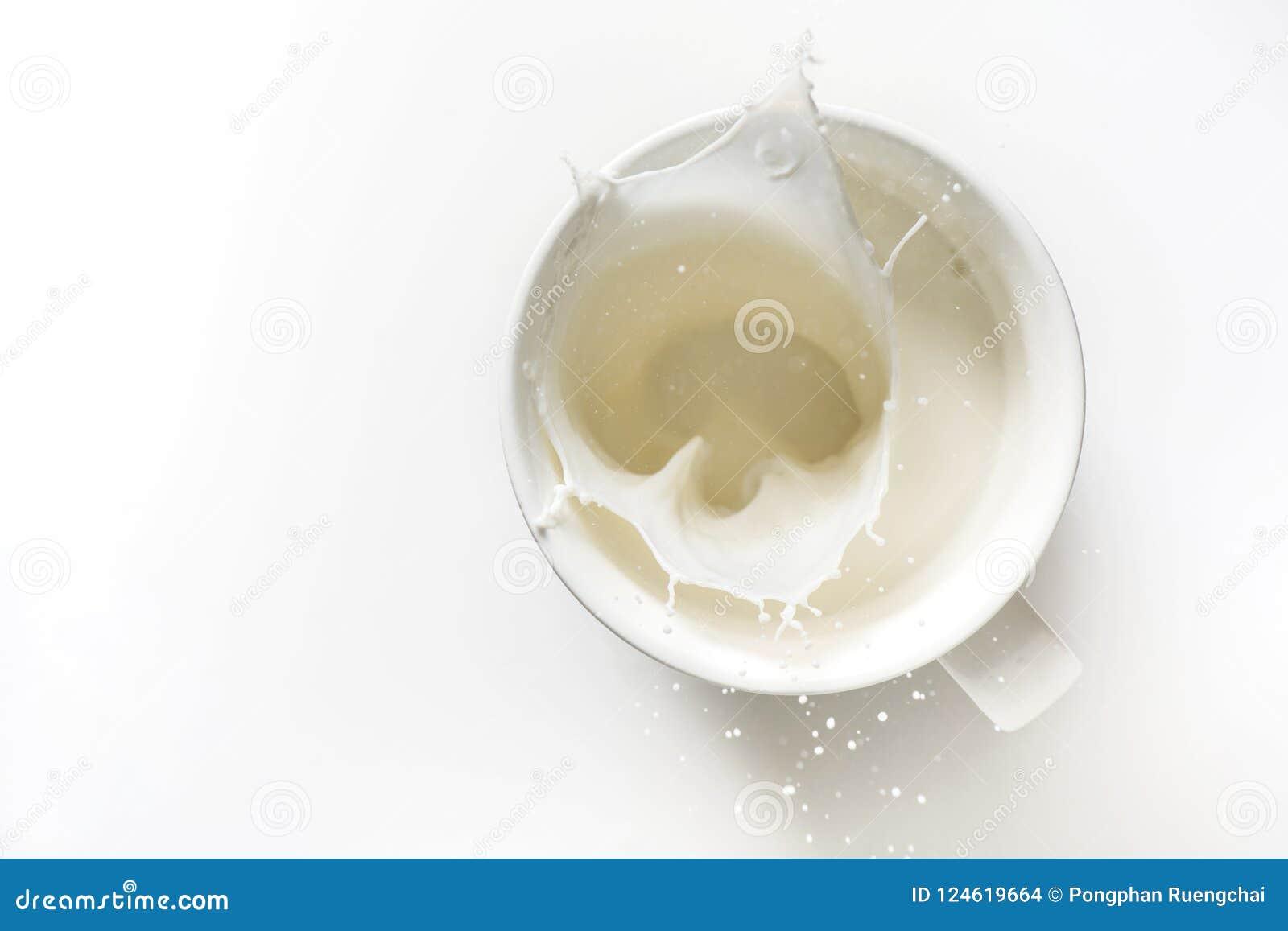 Draufsicht des Milchspritzens aus Glas heraus