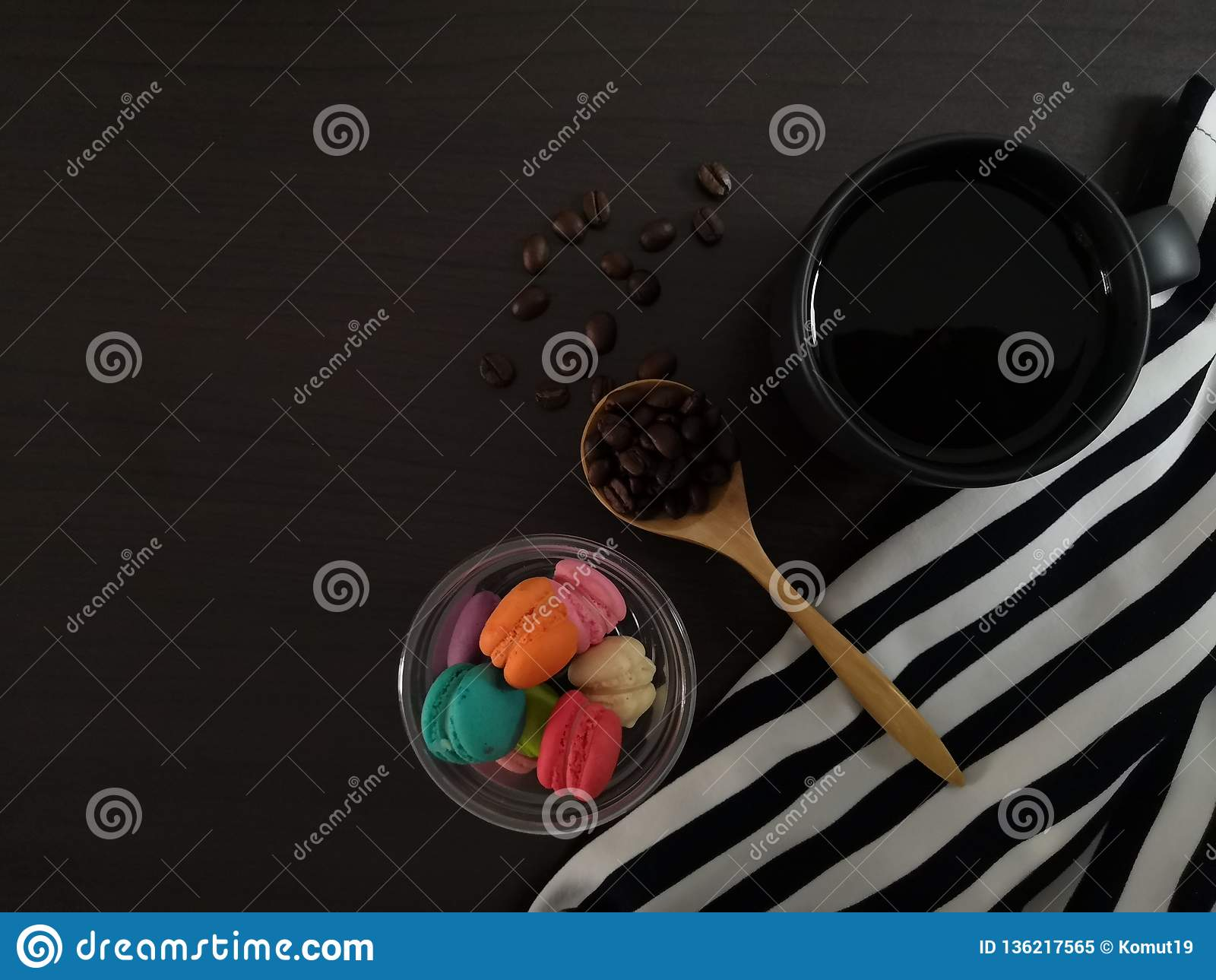 Draufsicht des schwarzen Kaffees mit Morgennachtischen auf dem schwarzen Speisetische