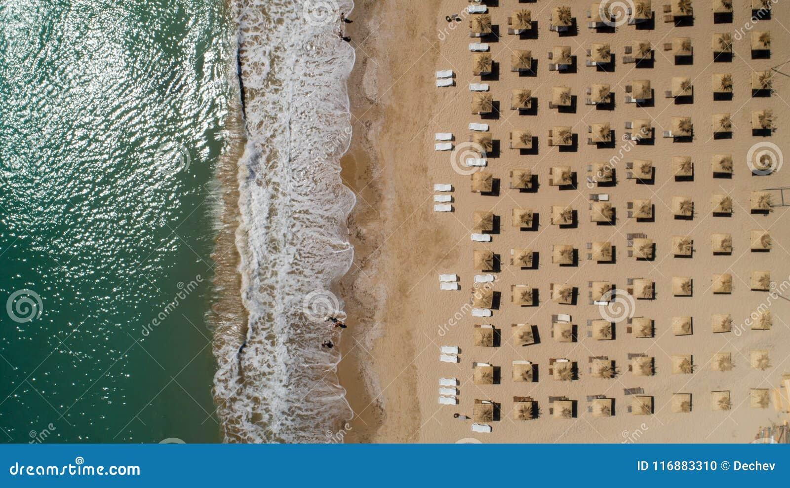 Draufsicht des Strandes mit Strohregenschirmen Goldene Sande, Varna, Bulgarien