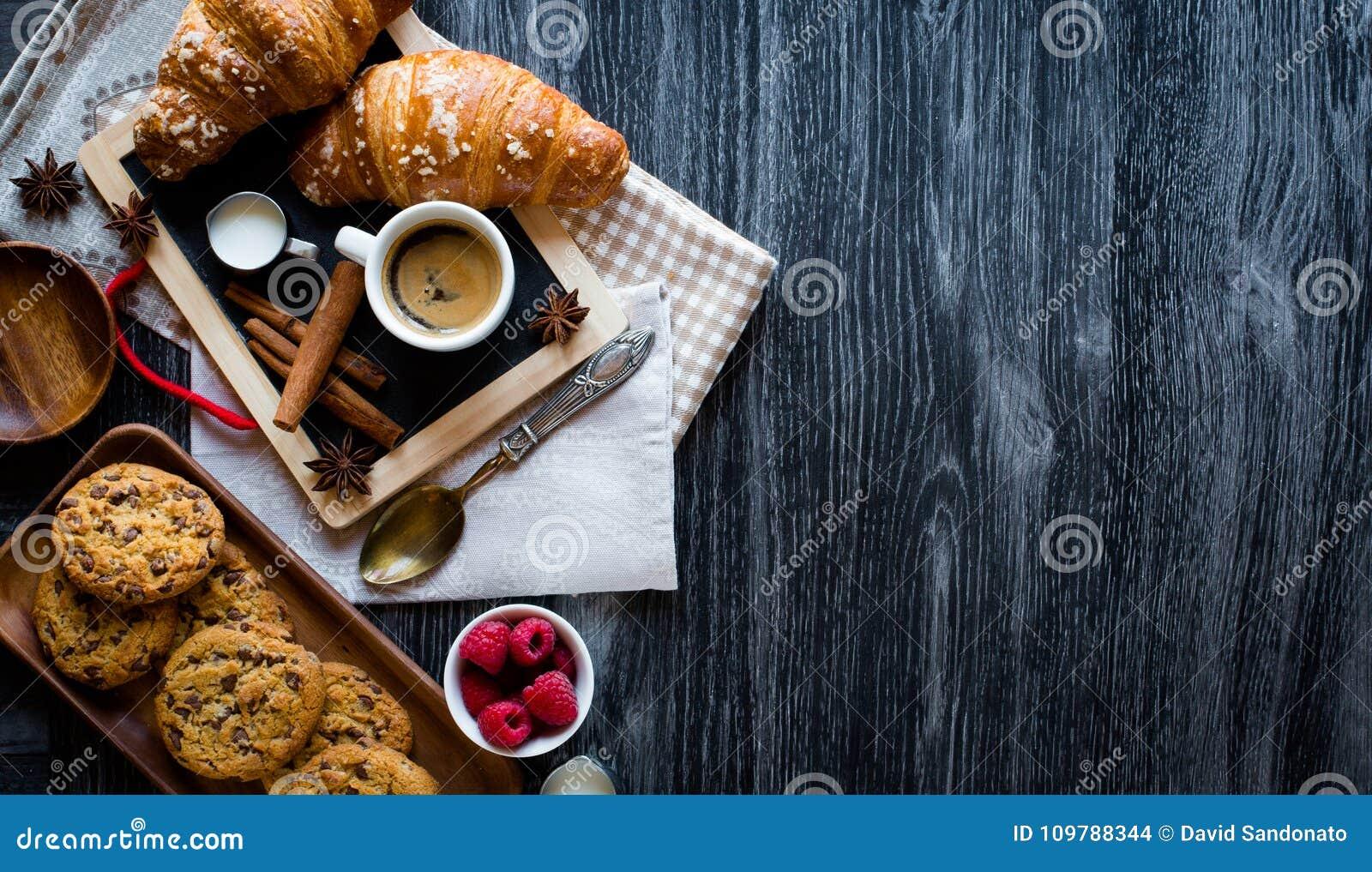 Draufsicht einer hölzernen Tabelle voll der Kuchen, Früchte, Kaffee, Kekse