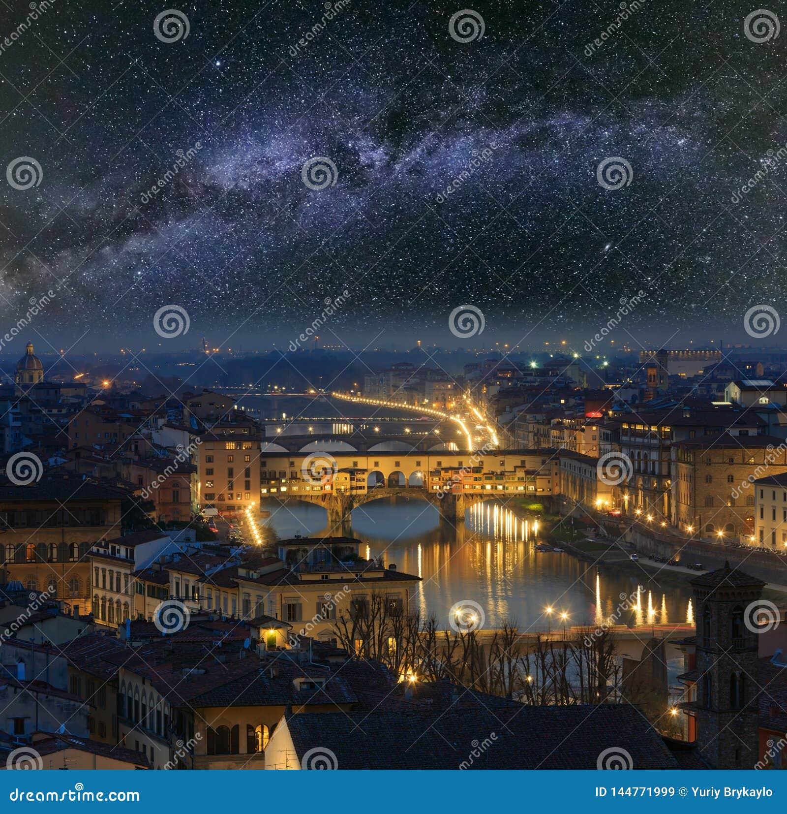 Draufsicht Nacht-Florenz und Milchstraße, Italien