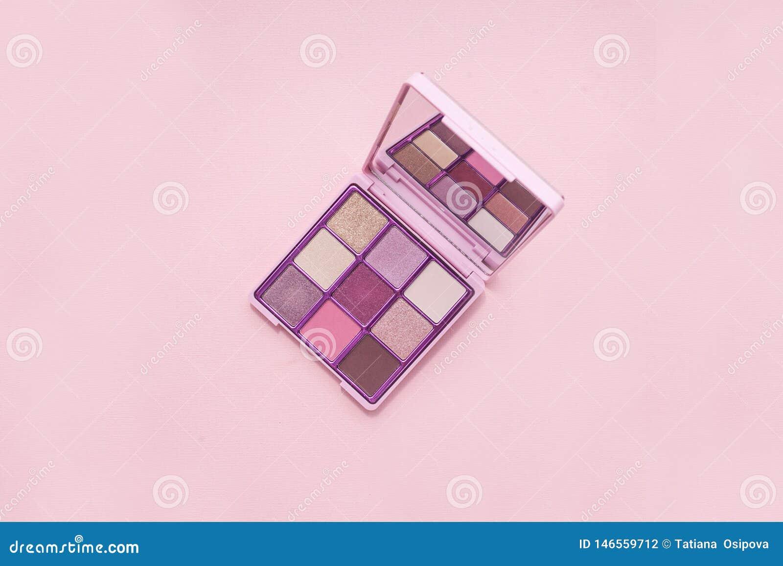 Draufsicht Palette von rosa Kosmetik bilden mit einem Spiegel auf rosa Hintergrund, bunter Schattenminimalismus, auf hellrosa Hin