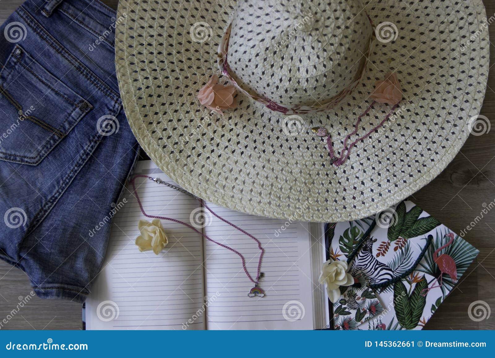 Draufsicht-Reise-Konzept-Lebensstil-Jeans, Hut auf hölzernem Hintergrund