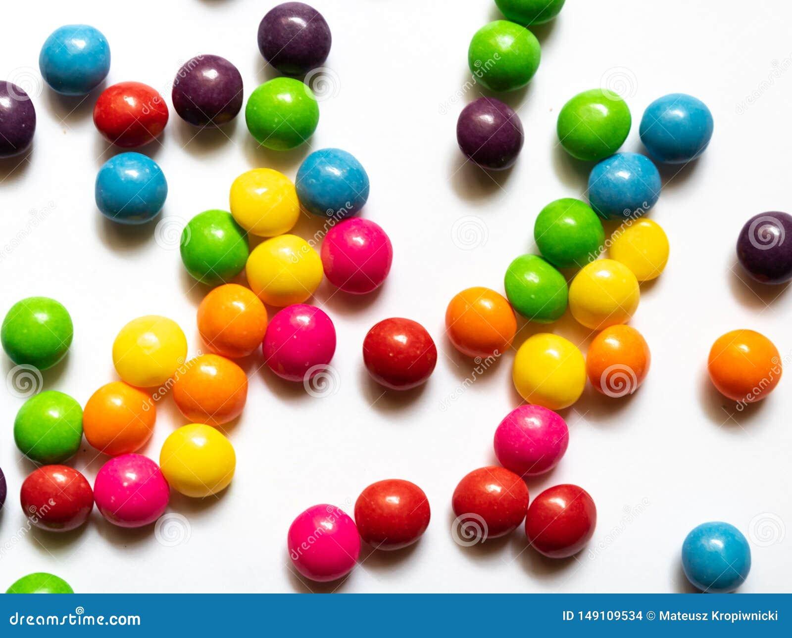 Draufsicht von bunten Süßigkeiten auf weißem Hintergrund