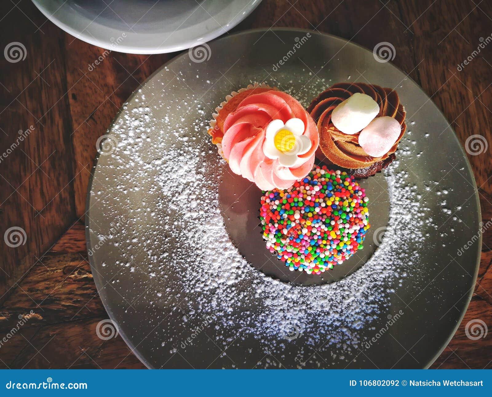 Download Draufsicht Von Bunten Schalenkuchen Stockfoto - Bild von hintergrund, ansicht: 106802092