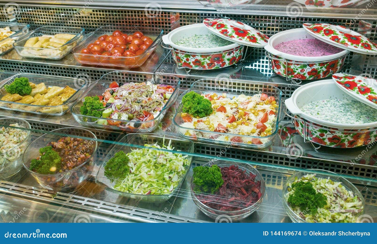 Draufsicht von frisch zubereiteten k?stlichen Mittelmeertellern sortierte im Restaurant, Buffet
