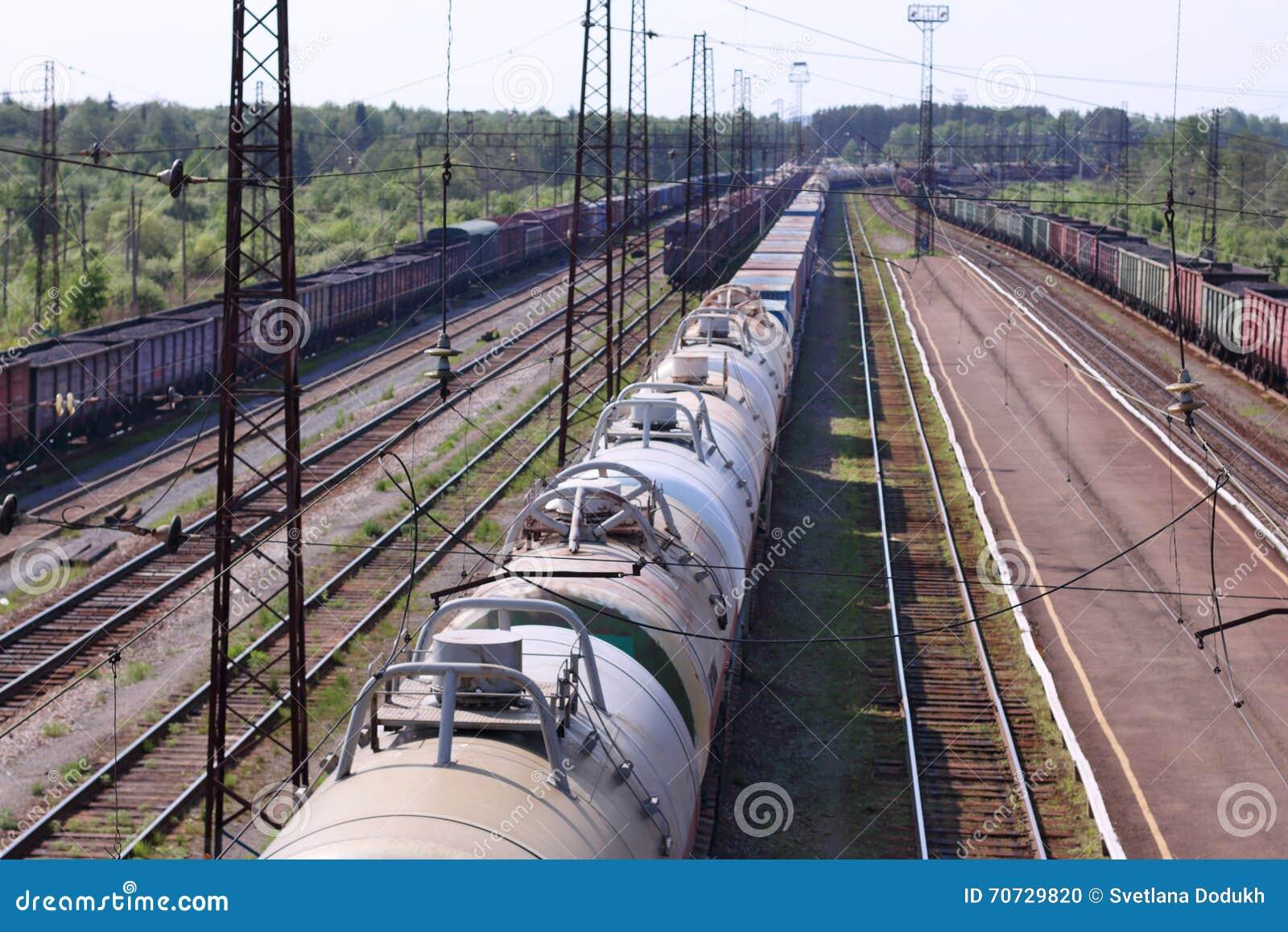 Draufsicht von Lastwagen mit Zisternen und Bahnstrecken