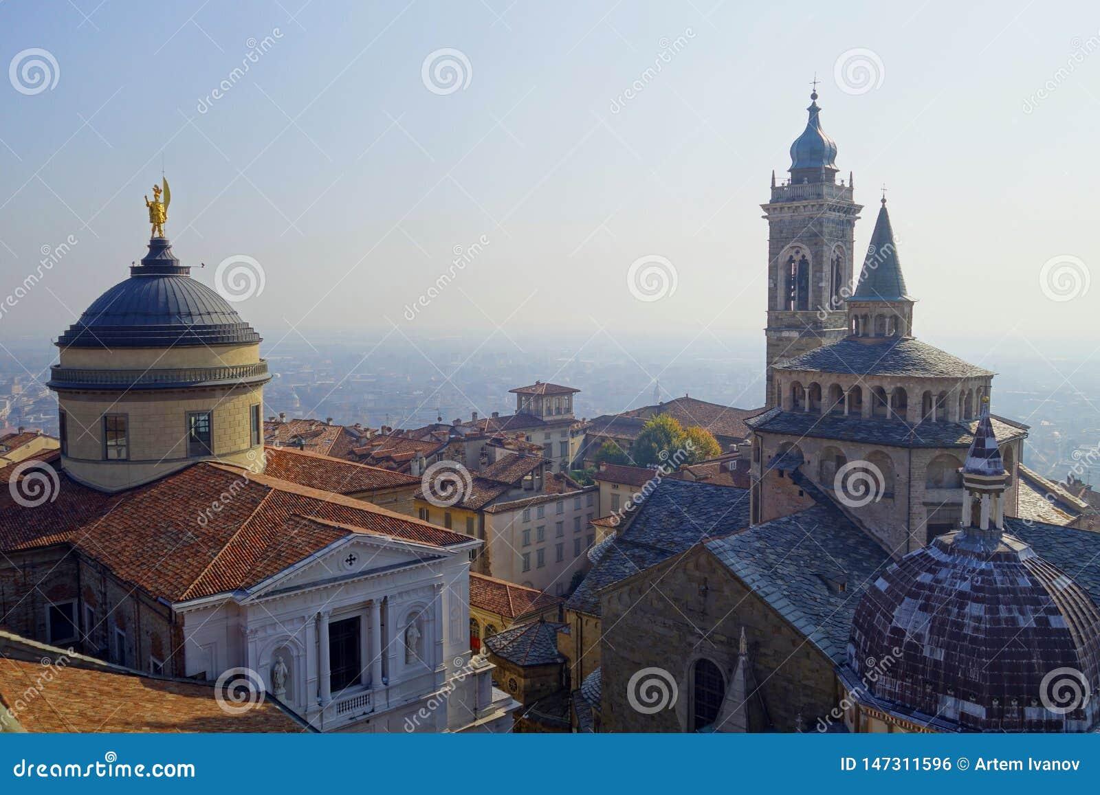Draufsicht zu den Kathedralen von Bergamo und von Stadt