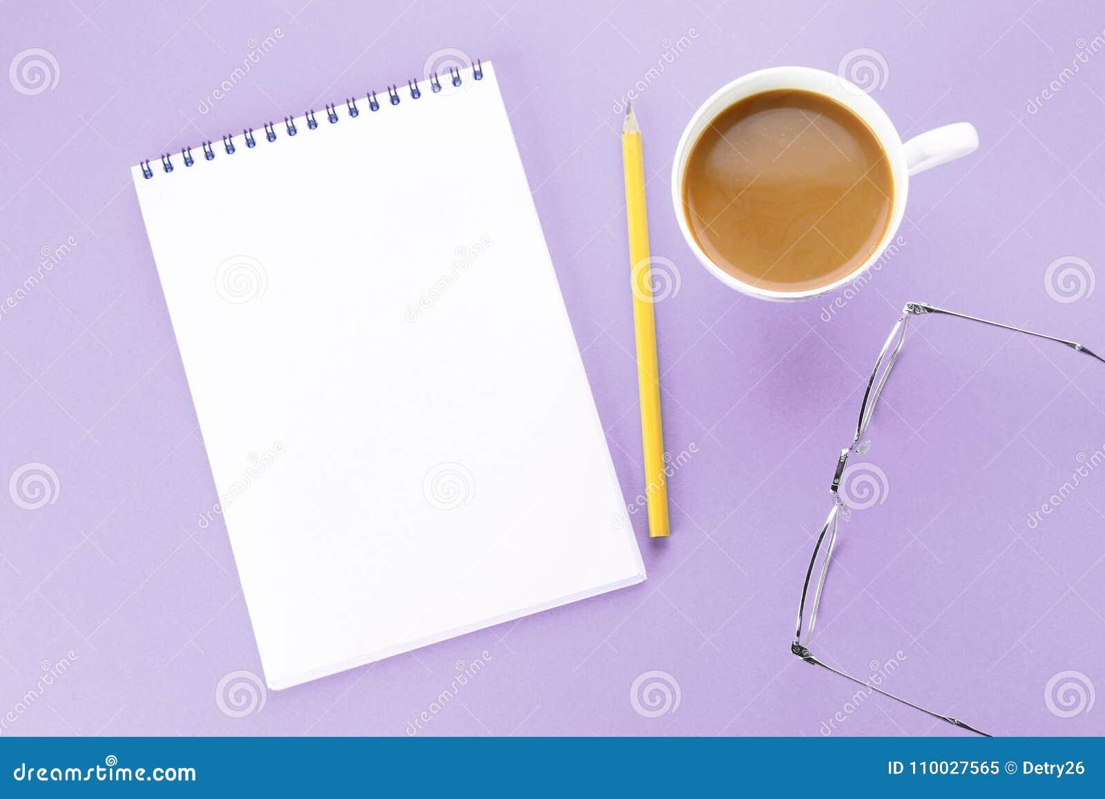 Draufsichtbild des offenen Notizbuches mit Leerseiten und Kaffee auf blauem Hintergrund, bereiten für das Hinzufügen vor oder ver